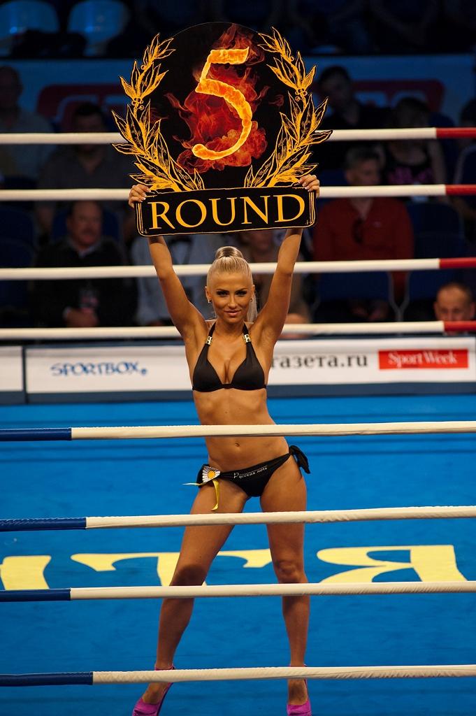 devushki-s-tablichkami-raunda-v-bokse-golie